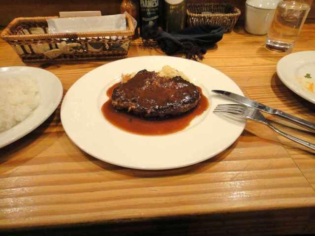 ビストロ コロンブス - あぐーと和牛の合い挽き肉ステーキを頂くと、肉にかかっているデミグラスソースもさることながら肉自体が非常に柔らかくジューシーで美味しい。
