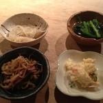 魚こころ - 夜定食の小鉢。バラエティーあって栄養のバランスからも嬉しい。