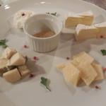 大衆トラットリア 逗子海岸入口キクヤ食堂 - チーズの盛り合わせ