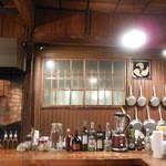 大衆トラットリア 逗子海岸入口キクヤ食堂 - 店内長さいっぱいの厨房