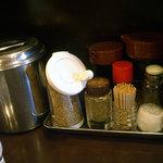 博多麺房 赤のれん - 「赤のれん」テーブルの調味料 (2009.6)