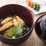 りしり - 北海道利尻産の濃厚うに丼。漬物、小鉢、味噌汁付。