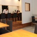 旬の味 しょう - カウンター6席、4名掛けが2つ(壁側はベンチシート)、2名掛けが1つの計16席の小さな空間です。