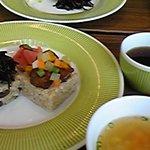 マクロビカフェ - 奥)シンプルセット\1000 手前)玄米すしケーキセット\1000