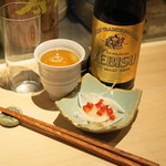 もつやき 婁熊東京 - 2013.3 エビス中瓶(680円)、お通しの新たまねぎ