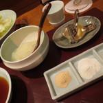 天麩羅 ひらいし - 天ぷらには、天ツユ・大根おろし・レモン・カレー塩・雪塩・抹茶塩