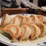 居酒屋やおや - 料理写真:大きな餃子