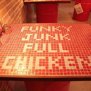 赤とイエローの看板と赤いタイル貼りがかわいいおおきな窯が目印☆