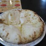 ナマステ - お代わり自由のランチナン。2枚目をチーズナンにするもok(¥100追加)