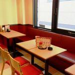 新川大勝軒飯店 - 赤と緑をベースにした明るい雰囲気。