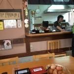 但熊 - いつもかわらぬ大衆食堂の雰囲気です(^^)