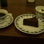 room - ケーキとコーヒー950円
