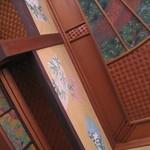 18095610 - 座敷席の壁や天井の装飾がすごい。