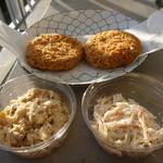 まるせい - 手前左:雪花菜 右:蒸鶏と切り干しのサラダ 奥:メンチ