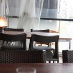 鉄板じゃけん もり - わんこOKのテラス席、4人掛けのテーブルが2卓