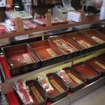 人形焼本舗板倉屋 - 人形焼は古い木箱に入れられて売られています
