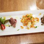 18101453 - 左から、真鯛のカルパッチョ、白レバー、春キャベツと桜エビのサラダ、キノコのマリネ