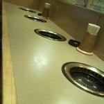 薩摩 - 写真はカウンター席ですがテーブル席も充実してます(2階もテーブル席があるようです)