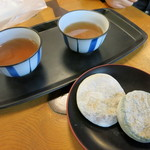 御菓子司かさ國 - 喫茶コーナーでセルフサービスのお茶と一緒にいただきます