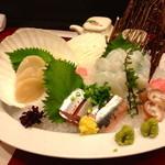 18107698 - 旬の刺身・三店盛り(¥ 1,800)ホタテ、にしん、活タコ