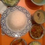 ワンタイ - ワンタイのランチはコンビネーション おかず3種とカレー サラダとスープにアイスコーヒーつき
