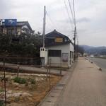 たんぽぽ - 道沿いが喫茶店、山側がそば店
