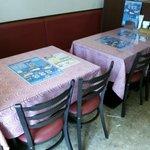 サンローズ インドレストラン&バー - ゆったり座れるテーブル席です。