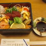 18118813 - 海鮮丼(1150円)蓋を開けると、まるで玉手箱のような華やかさ。