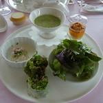 ポン・ヌフ - 料理写真:ランチメニューB(3150円)の前菜。アスパラガスをソースにした洋風茶碗蒸しや海老のクリーム和え、生春巻き、サラダ、うにの小品