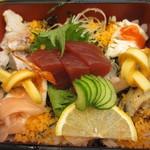 18118852 - 重箱に酢飯を敷き詰めて彩りよく飾った海鮮ちらしで気に入りました。。