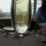 ポン・ヌフ - 甘くて口当たりがいいグラスシャンパン(1050円)。ちょっとお高めだなと思ったら、普通の倍くらいの量が注がれていました
