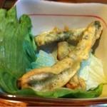 忠兵衛 - お通し インゲンの天ぷら 既に二本食べました