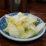 真砂そば - 1)白菜浅漬け(無料)