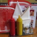 ブラザーズ - ハンバーガーは備え付けの白い袋に入れて食べましょう