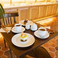 ル・ポミエ - 店頭でケーキをお選び頂き、サロンでお召し上がりになれます。