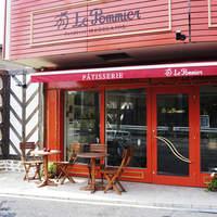 ル・ポミエ - 井の頭通り沿い、赤い外装が目印です。