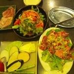 福七輪 - 左上からホルモン5種盛、チョレギサラダ、左下から野菜焼盛合せ、牛肉三種盛。
