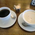 18131156 - ホットコーヒーとホットミルクティー