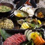 さ-蔵 - 肥後の赤牛御膳:阿蘇の代名詞でもある赤牛を溶岩石でじっくり焼き上げ、旬の小鉢や菜園野菜と共にいただきます。