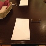 横浜馬車道 旬の肉料理イタリアン オステリア・アウストロ - テーブルのセット