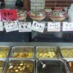 山珍 - たくさんの中華惣菜が並んでいる。唐揚げとザーサイ炒めはやばい旨い!!