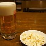 ミュンヘン - 料理写真:生ビール大ジョッキとポップコーン