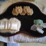 行松旭松堂 - 奥のうさぎの形のお菓子です