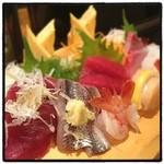 いろは寿司 - 刺身、1人前盛り。 フレンドリーで美味い。 安くはないけど高くもない。