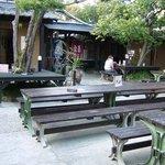 湯らり  - 青空の下で食べる場所です。 テーブルと長椅子が用意されています。