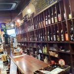 立ち飲み 竜馬 - 店内:お酒がずらりと並びます