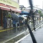 肉の清水 - リニューアルオープン初日 平日なのに、雨なのに、この行列でした