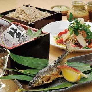 昼は手打ち蕎麦、夜は馬肉料理など松本の味が楽しめます