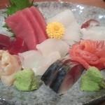 魚眞 - 刺身の盛り合わせ¥2400