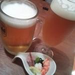 魚眞 - 生ビール(ジョッキ)¥480・生ビール(グラス)¥380・お通しは蟹の酢の物とホタル烏賊